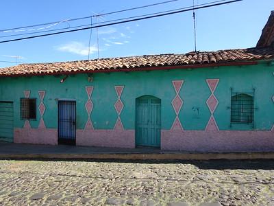 260_Suchitoto  Architecture Coloniale  Toits de tuiles rouges et aux murs peints de couleurs chaudes