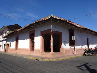 100_Leon  Colonial Architecture  Architecture Coloniale  Toits de tuiles rouges et aux murs peints de couleurs chaudes