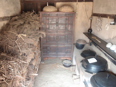 224_Korean Folk Village  Commoner's House in the Southern Part  Many rooms to be used as workshops or storage for making products of straw, willow and bamboo jpg